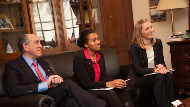 Neuroscientists meet with policy makers on Capitol Hill.